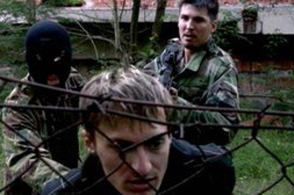 Vo filme Slovenská misia hrajú samí muži, neherci, a iba jedna žena.