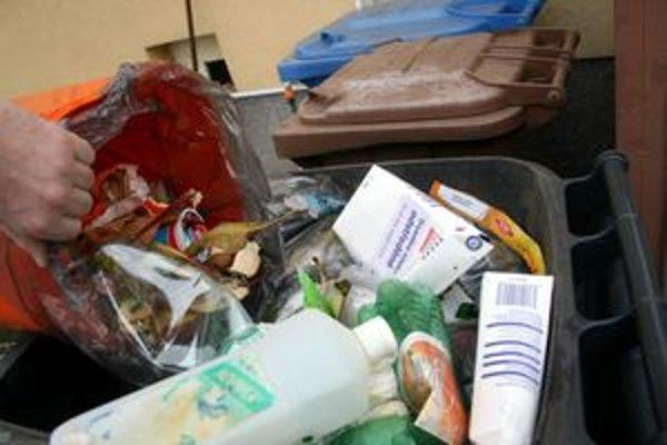 Problémy robia ľudia, ktorí medzi triedený odpad vyhadzujú aj iné odpadky z domácností.