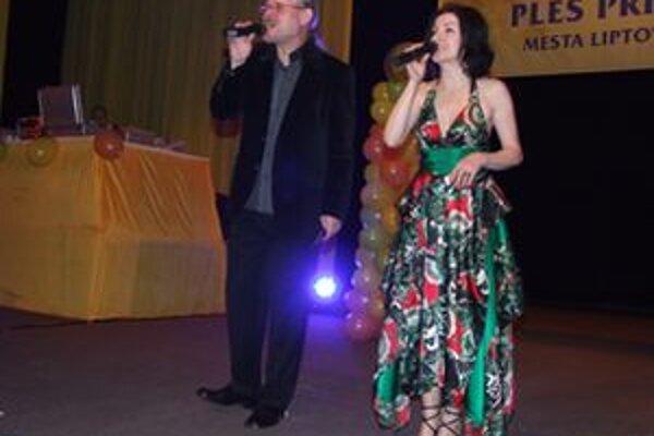 Beata Dubasová (na fotografii s Vašom Patejdlom) sa narodila 14. mája 1963 v Stropkove. Hudba ju bavila od detstva, zúčastňovala sa na rôznych speváckych súťažiach. Prvé spevácke pokusy pred publikom absolvovala s bratovou kapelou. V Prešove, kde chodila