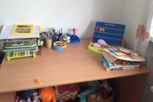 Stolík na hranie či písanie úloh.