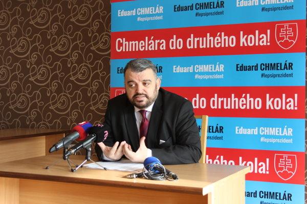 Eduard Chmelár počas tlačovej konferencie k programovým tézam.