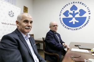 Peter Skyba a Peter Samuely na tlačovej konferencii SAV.