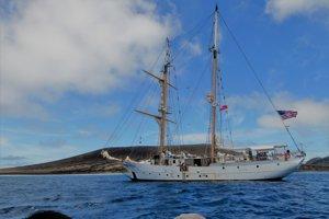 Loď, ktorou sa tím vedcov z NASA dostal na ostrov v októbri 2018.