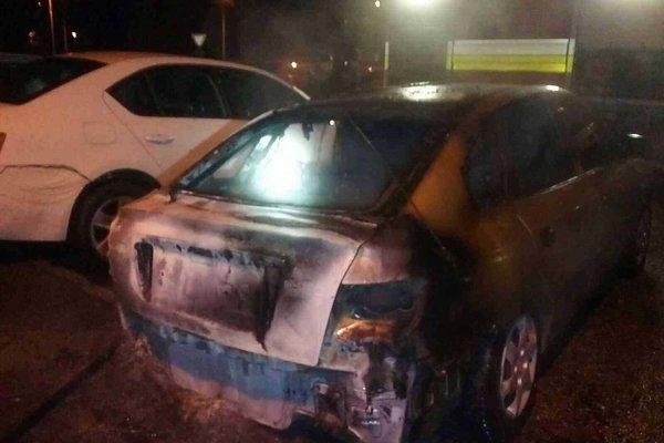 Podpálené auto zahasili hasiči.