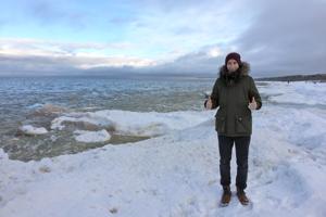 Zimná víkendová návšteva pláže v prímorskom mestečku Jurmala, ktoré je známe ako najväčšie kúpeľné mesto v Lotyšsku.