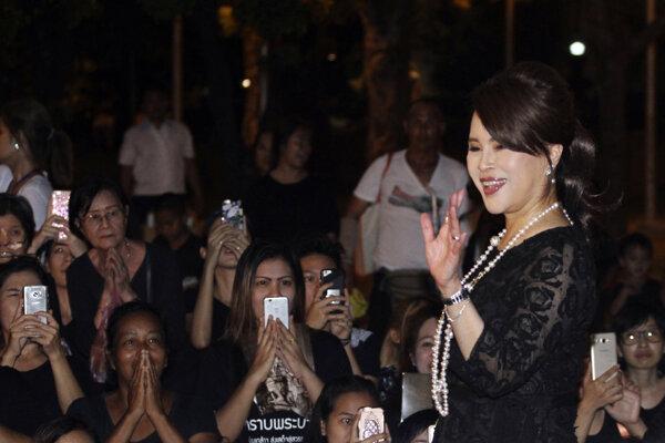Na snímke z 27. októbra 2017 thajská princezná Ubolratana Mahidol máva ľudom v Bangkoku.