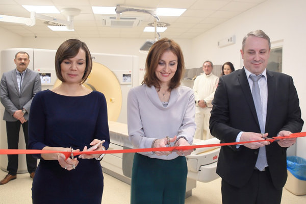 Ministerka A. Kalavská (v strede) s ekonomickou riaditeľkou Ľ. Bartošovou a medicínskym riaditeľom Z. Danczim.