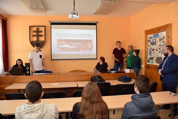 Autorom víťazného videa bol štvrták Lukáš Gašpar (druhý zľava).