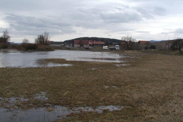 Stačí trocha dažďa a v Moškovci na poli pri hlavnej ceste sú hneď záplavy. Teraz je však situácia pokojná.