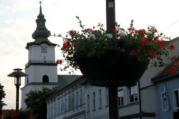 Závesné kvetináče zdobia mesto vo viacerých lokalitách.