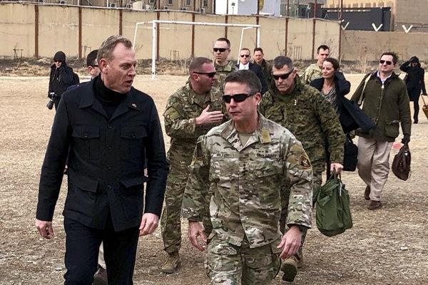 Minister obrany USA Pat Shanahan (vľavo) počas návštevy amerického kontingentu v Afganistane.