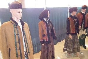 Výstava krojov ponúka viacero kúskov ženského aj mužského tradičného odevu.