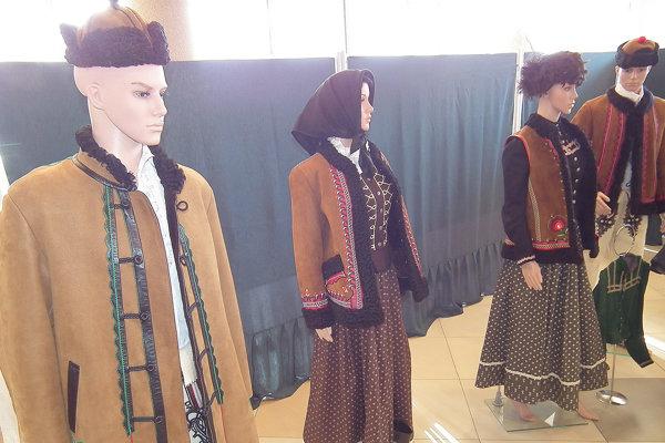 9d8963985 Výstava krojov ponúka viacero kúskov ženského aj mužského tradičného odevu.