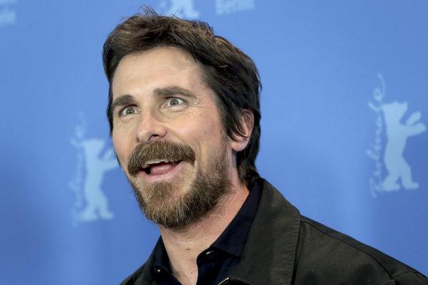 Christian Bale vtipkuje, že nemá charizmu.
