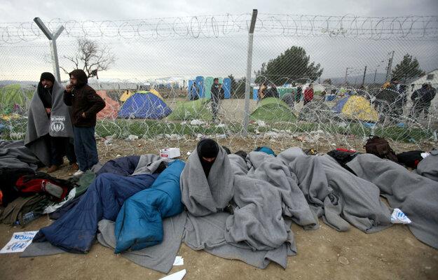Tí, ktorí prekročili macedónske hranice ilegálne, čakajú na navrátenie do Grécka.