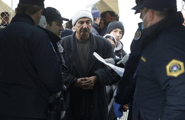 Policajti z Macedónska, Srbska, Chorvátska a Slovinska kontrolujú utečencom registračné doklady predtým, ako im dovolia vstúpiť do Macedónska.