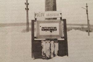 Zastávku v Poľove takmer nevidieť pre haldy snehu.