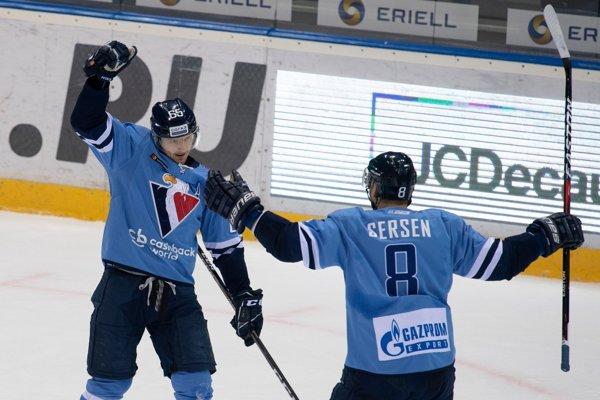 Na snímke vľavo Rudolf Červaný oslavuje gól,  vpravo jeho spoluhráč Michal Sersen (obaja SLovan) v zápase hokejovej KHL ŠK Slovan Bratislava - Dinamo Minsk v stredu 13. februára 2019 v Bratislave.
