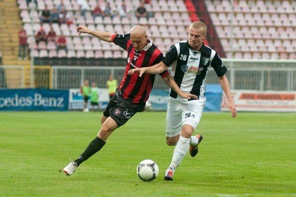 Peter Sládek (vpravo) v súboji s Marekom Janečkom z Trnavy.
