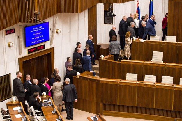 Poslanci volia kandidátov na sudcov.