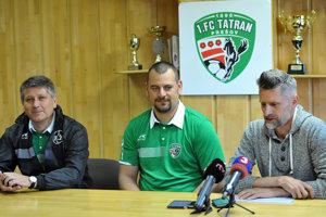 V strede sediaci Daniel Dadej sa spomína ako možná náhrada za  končiaceho generálneho manažéra Mareka Trávnička (vpravo).