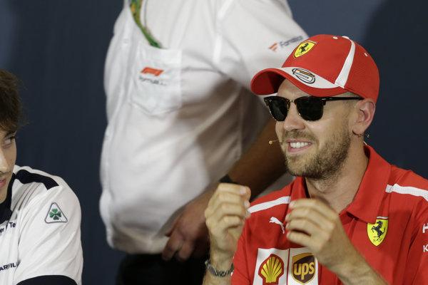 Sebastian Vettel (vpravo) počas tlačovej konferencie tímu Ferrari k predstaveniu nového monopostu SF90.