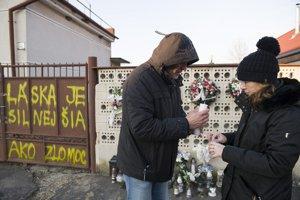 Režisér Henrich Krejča zapaľuje sviečky pred domom Jána a Martiny