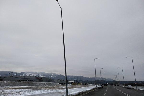 Viaceré lampy sú na ceste okolo automobilky Kia poškodené. O údržbu sa Žilina Invest nestará.