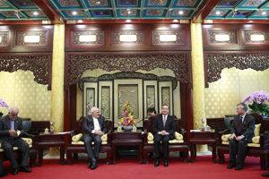 Iránsky minister zahraničných vecí Mohammad Džavád Zaríf (druhý zľava) a jeho čínsky rezortný kolega Ji Wang počas stretnutia v Pekingu.