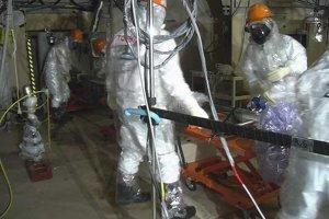 Pracovníci, ktorí spúšťali sondu dovnútra hermetického ochranného krytu reaktora. Nachádzali sa v budeove neďaleko reaktora v druhom bloku.