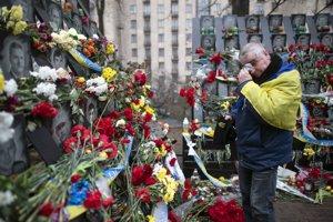 Muž stojí pri pamätníku na pamiatku tých, ktorí zahynuli počas zrážok s bezpečnostnými silami na Námestí Nezávislosti (Majdan) pri príležitosti 5. výročia revolúcie z roku 2014 v Kyjeve.