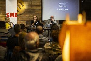 Na diskusii SME debatujú šéfredaktor Aktuality.sk Peter Bárdy (vpravo) a šéfredaktorka SME Beata Balogová. Moderuje Zuzana Kovačič Hanzelová.