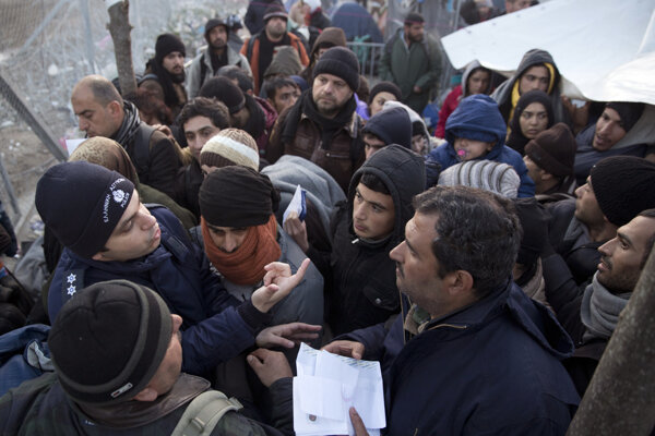 Grécka polícia kontroluje utečencov na hranici s Macedónskom.