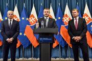 Zľava predseda ZAP Matušek, predseda vlády Pellegrini a minister hospodárstva Žiga.