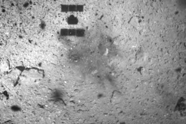 Tieň sondy Hajabusa 2 na povrchu asteroidu Ryugu.