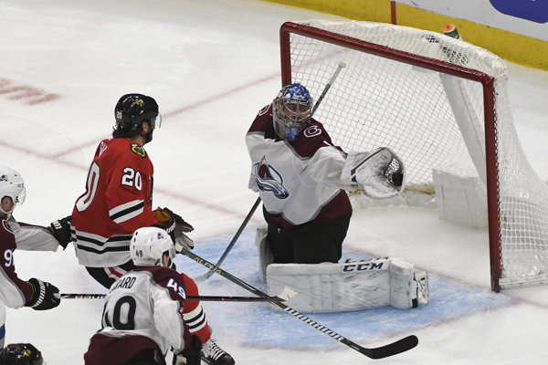 Brankár Colorada Varlamov počas zásahu proti strele útočníka Chicaga Blackhawk, Brandona Saada.
