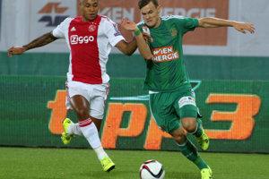 Stefan Stangl (vpravo) z Rapidu Viedeň a  Kenny Tete z Ajaxu Amsterdam.