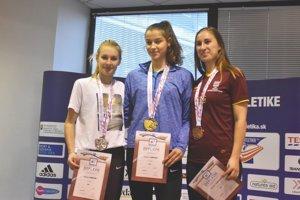 Najrýchlejšie ženy z dvojstovky. V strede víťazná Dubničanka Katarína Kišková.