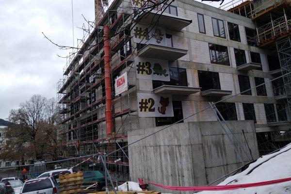 Investor na obrázkoch ukazuje smerom k mestskému úradu, koľko poschodí má novostavba.