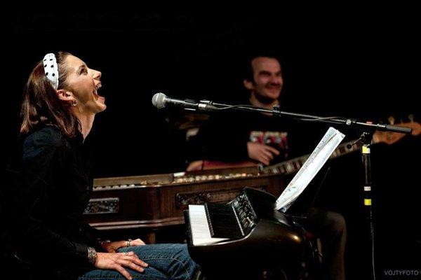 Dorota Nvotová počas vystúpenia Bolo nás jedenásť na Víkende atraktívneho divadla vo Zvolene.