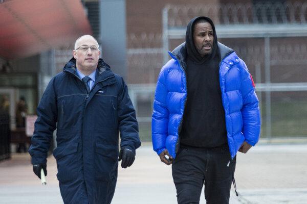 R. Kelly opúšťa väzenie v Cook County v sprievode právnika  Steva Greenberga.