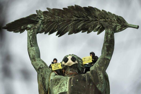 Aktivisti Greenpeace vyliezli aj na monumenálnu sochu.