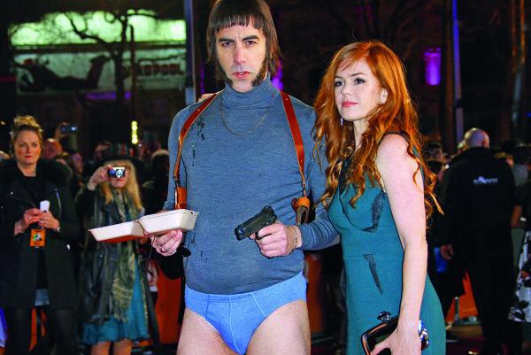 Sacha Baron Cohen s manželkou Islou Fischerovou v prestrojení za Nobbyho z Grimsby.