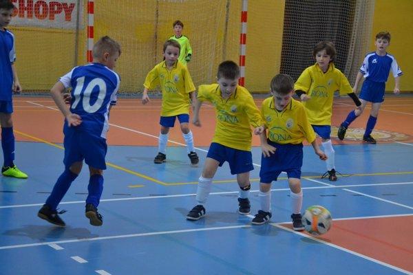 Najmenší futbalisti bojovali s veľkou chuťou.