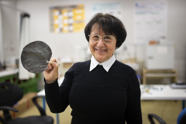 Viera Skákalová je vedúcou výskumu v slovenskej firme Danubia NanoTech, ktorá sa okrem iného venuje aj výrobe grafénu. V ruke drží vzorku oxidu grafénu, ktorú získali oxidáciou grafitu.
