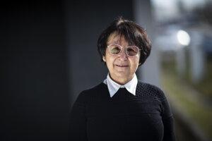 Viera Skákalová počas svojej vedeckej kariéry pôsobila na inštitúte Maxa Plancka v Stuttgarte a na Weimannovom vedeckom inštitúte v Izraeli. Momentálne robí výskum a učí na univerzite vo Viedni. Vedie tiež výskum v slovenskej firme Danubia Nanotech.
