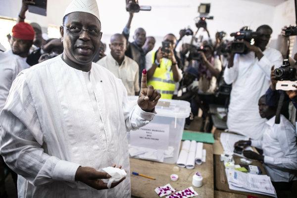 Prezidentský kandidát Macky Sall vo volebnej miestnosti.