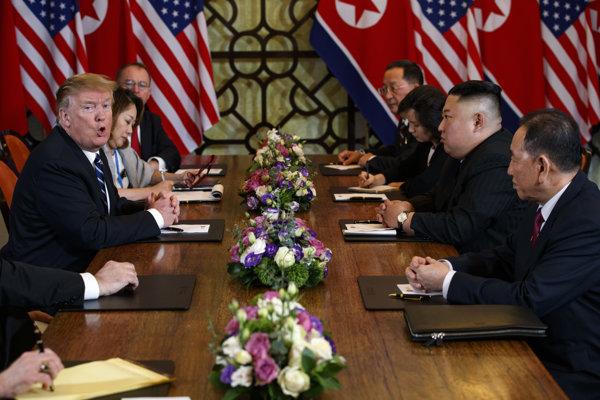 Donald Trump s americkou delegáciou rokuje s delegáciou KĽDR s Kim Čong-unom na čele.