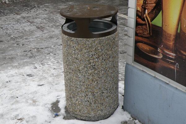 Betónové odpadkové koše rozmiestnené po Prievidzi majú asi dvesto kilogramov