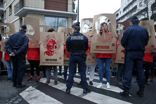 Aktivisti z mimovládnej organizácie Reportéri bez hraníc držia šablóny s portrétmi uväznených tureckých novinárov.